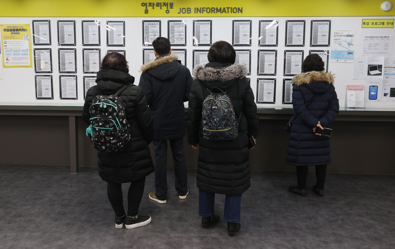 Job seekers look at recruitment notices on a bulletin board at an employment center in Mapo-gu, western Seoul, Wednesday. (Yonhap)