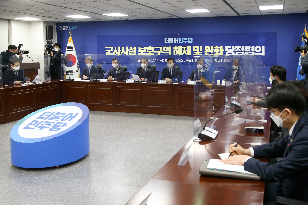 A government-ruling party consultation session is held at the National Assembly in Seoul on Thursday, on lifting development restrictions on some military installation protection zones. (Yonhap)