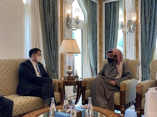 First Vice Foreign Minister Choi Jong-kun (L) speaks with Mohammed bin Abdulrahman bin Jassim Al Thani, Qatar's deputy prime minister and foreign minister, during a meeting in Doha on Wednesday, in this photo provided by Seoul's foreign ministry. (Ministry of Foreign Affairs)