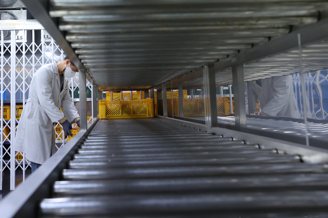 A blood storage center in Gangnam is empty in December 2020, as the nation was put on alert over blood shortages. (Yonhap)