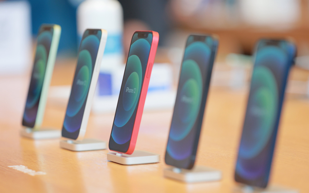 This photo taken on Oct. 30, 2020, shows Apple Inc.'s iPhone 12 smartphones displayed at a store in Seoul. (Yonhap)