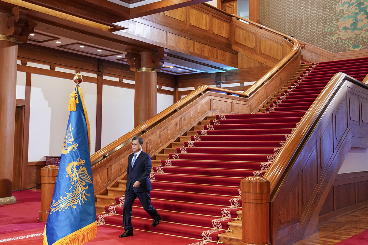 President Moon Jae-in walks down the stairs to deliver his New Year's address at Cheong Wa Dae in Seoul on Monday. (Cheong Wa Dae)