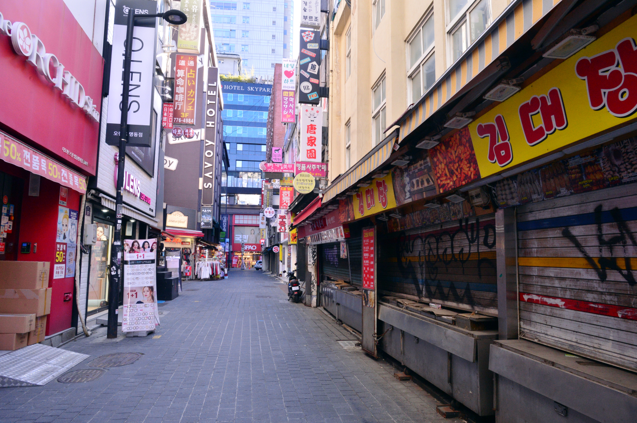 Many shops are closed with few shoppers walking around in Myeong-dong on Jan. 6. (Park Hyun-koo/The Korea Herald)