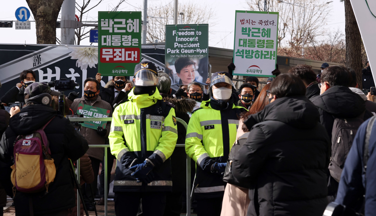 Supporters of former President Park Geun-hye are gathered in front of the Supreme Court in Seocho-gu, southern Seoul, on Thursday to demand her release. (Yonhap)
