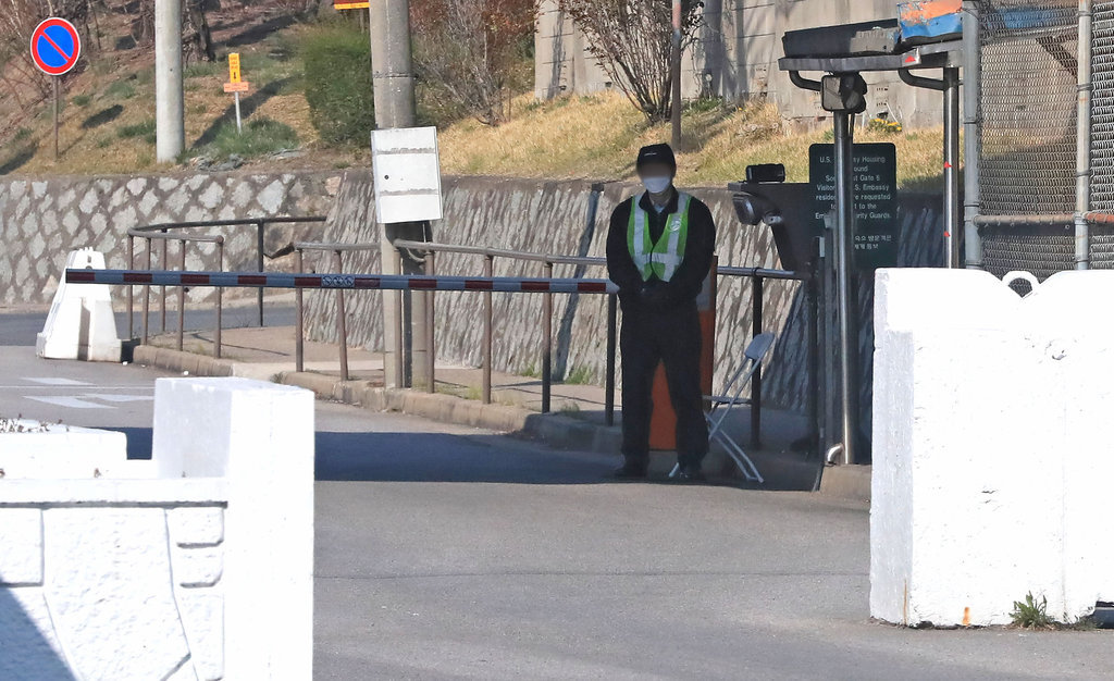 In this file photo, an employee of the US Forces Korea (USFK) is on duty at the entrance of the US Army's Yongsan Garrison in Seoul on March 31, 2020. (Yonhap)