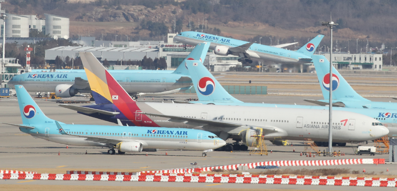 Aircraft of Korean Air and Asiana Airlines sit on the tarmac at Incheon International Airport on Jan. 6. (Yonhap)