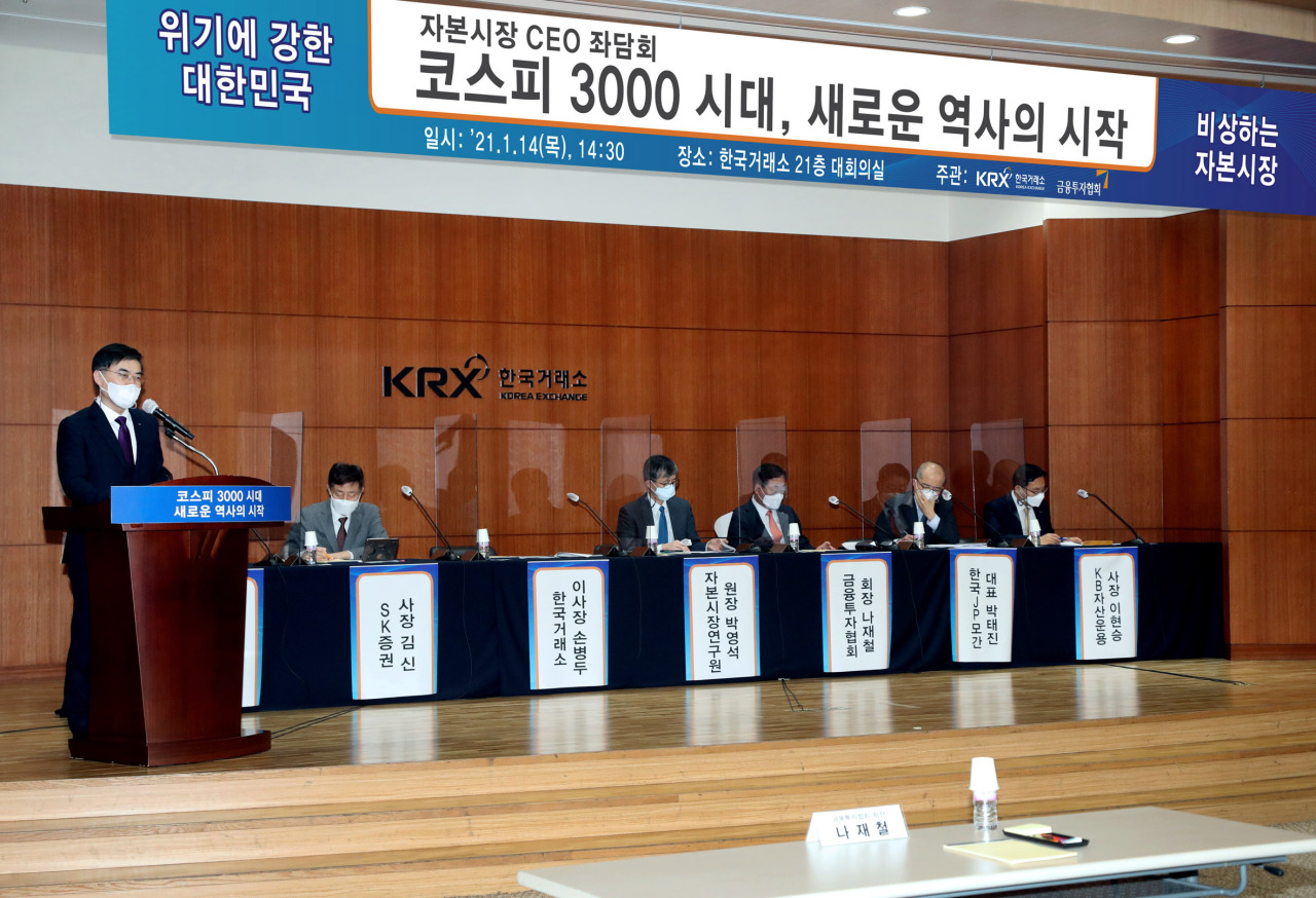 Korea Exchange Chairman Sohn Byung-doo (left) delivers an opening remark ahead of the capital market CEOs' symposium held to celebrate South Korea's benchmark Kospi surpassing 3,000 points at the KRX's Seoul office Thursday. (KRX)