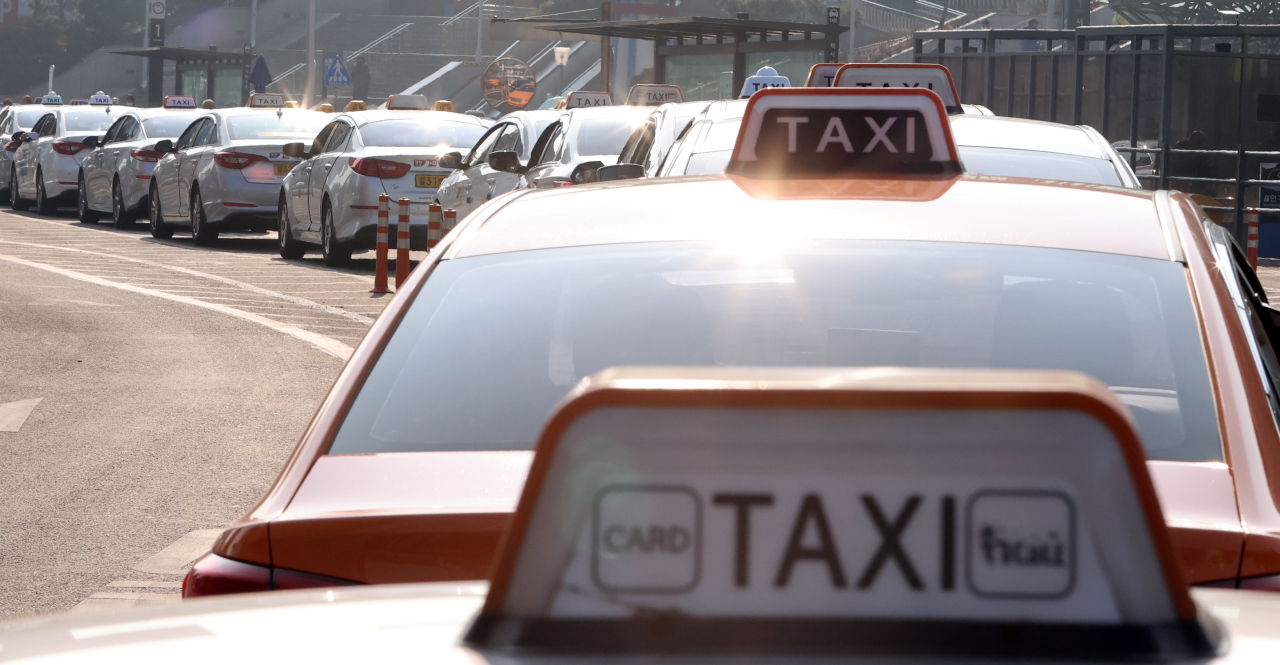 Taxis wait for passengers in front of Seoul Station on Dec. 28, 2020. (Yonhap)