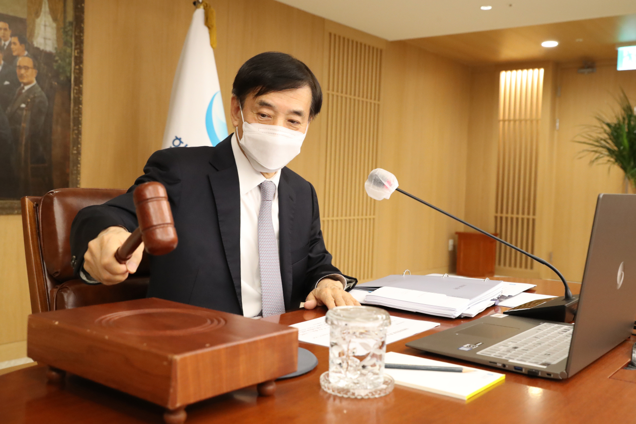 Bank of Korea Gov. Lee Ju-yeol bangs the gavel at the Monetary Policy Board meeting at the bank's main building on Friday. (Yonhap)