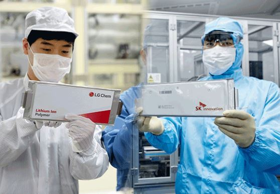 LG Chem researcher (left) and SK Innovation researcher each hold up their company's battery (LG Chem/SK Innovation)