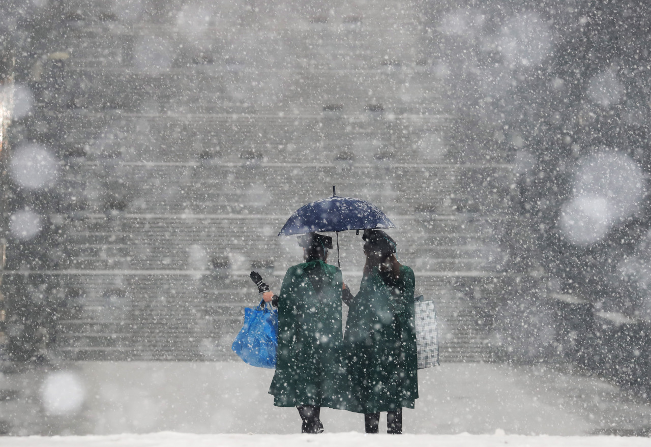 Heavy snow pours earlier this month at a college campus in Seoul. The photo is not directly related to the content of the story below. (Yonhap)