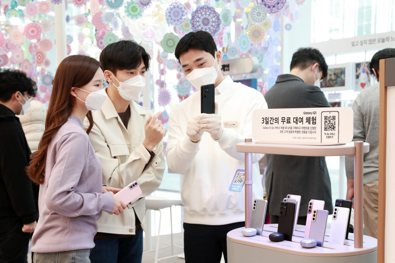 A Samsung Electronics employee speaks at a promotional event for Galaxy S21 smartphones at a Samsung Digital Plaza branch in Gangnam-gu, southern Seoul, on Sunday. (Yonhap)