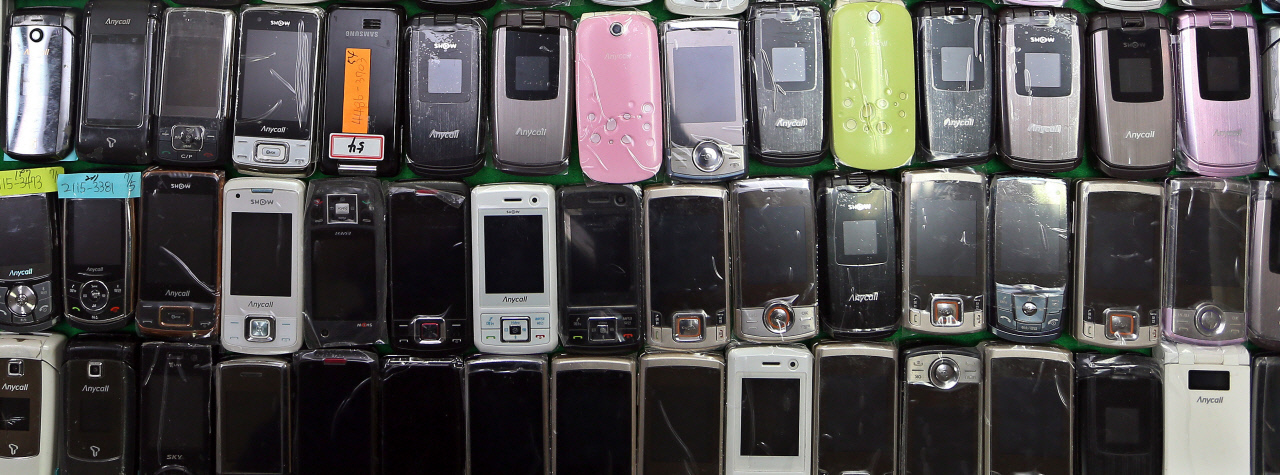 This undated file photo shows 2G phones. (Yonhap)