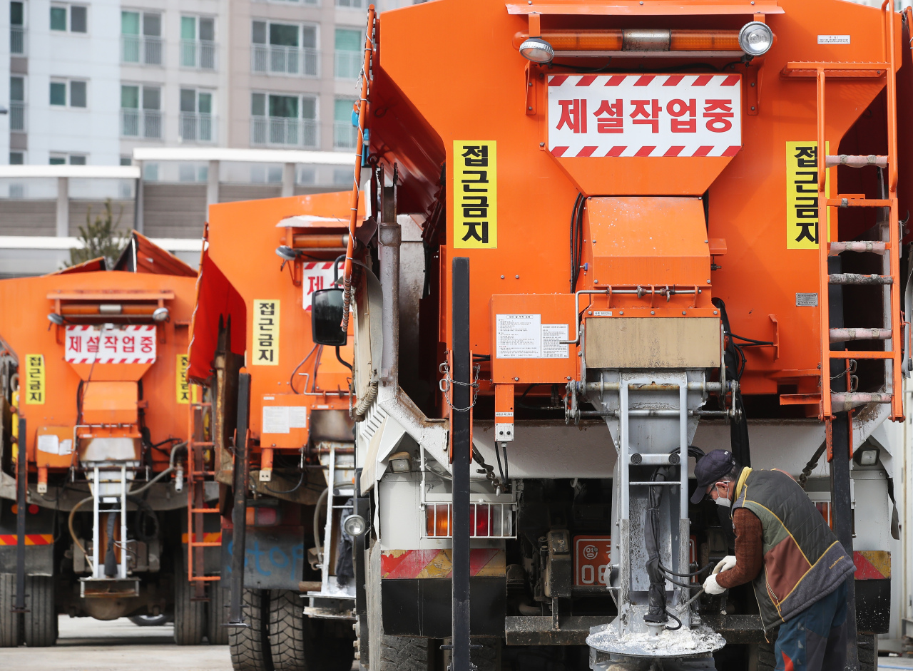 Authorities inspect snow-removal vehicles ahead of heavy snowfall forecasted to hit onSunday evening. (Yonhap)