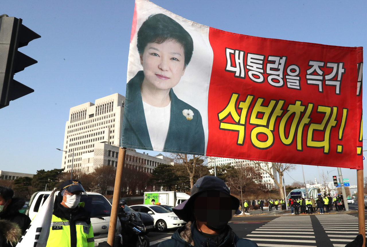 Supporters of former President Park Geun-hye call for her release on Jan. 14. (Yonhap)