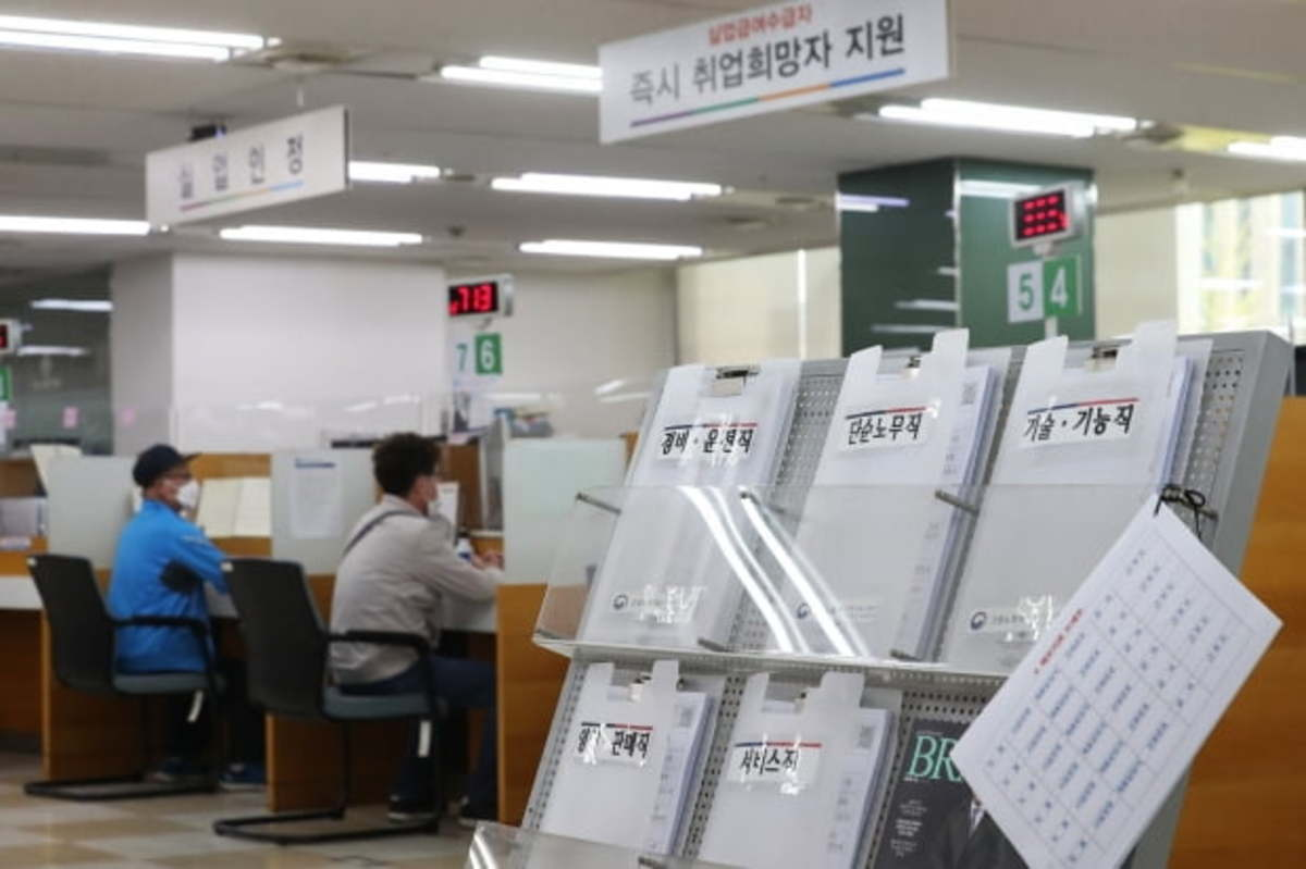 In this file photo, state unemployment benefit recipients get employment counseling at a state job placement center in central Seoul on April 13, 2020. (Yonhap)