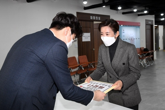 Former Rep. Na Kyung-won (R) of the People Power Party registers her candidacy for the Seoul mayoral election primaries at the party's headquarters in Seoul on Monday. (Yonhap)