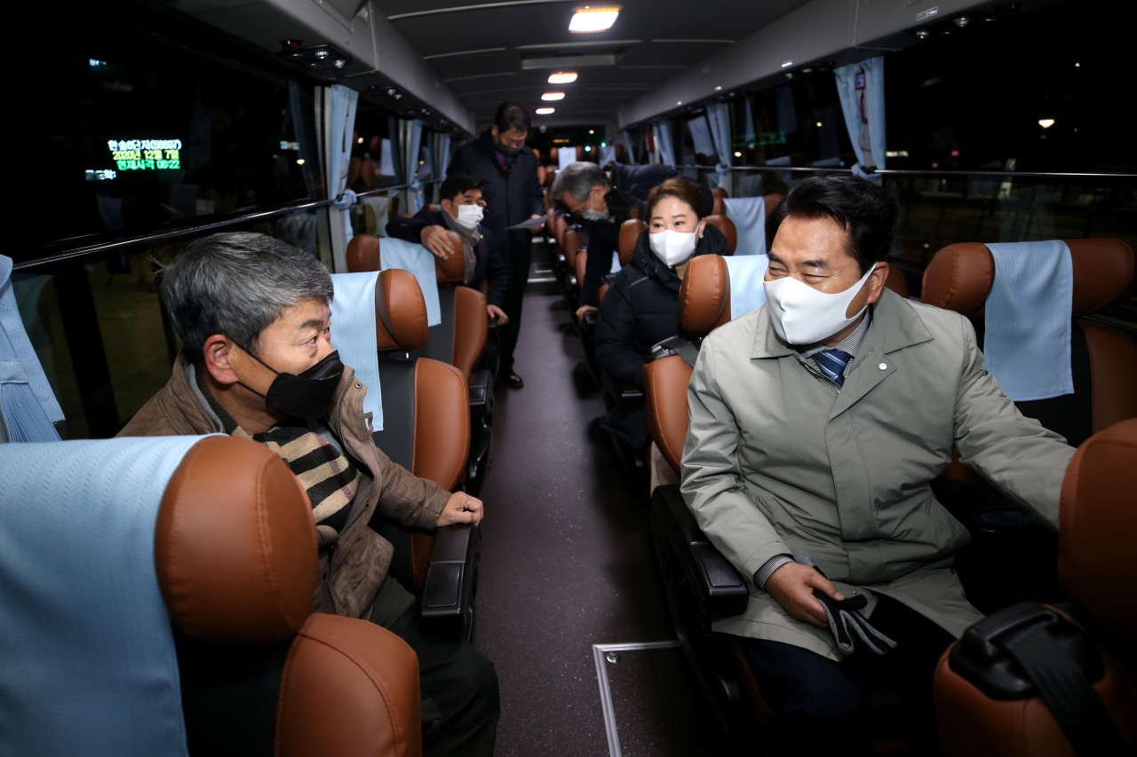 Yongin Mayor Baek Kun-ki attends the opening for a new Gyeonggi premium bus. (Yongin City)