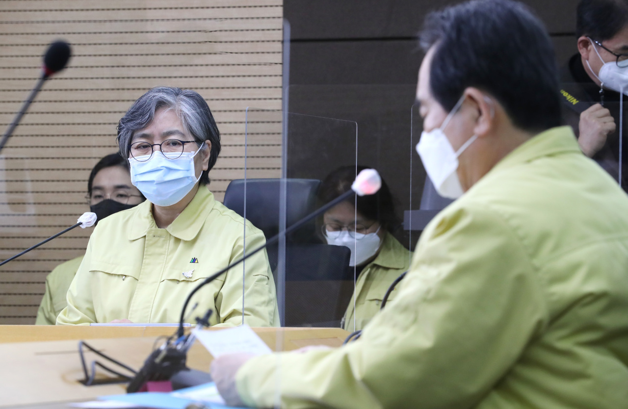 The Korea Disease Control and Prevention Agency's chief Jung Eun-kyeong (left) speaks with Prime Minister Chung Sye-kyun (right) in a Jan. 12 meeting on COVID-19 vaccinations. (Yonhap)