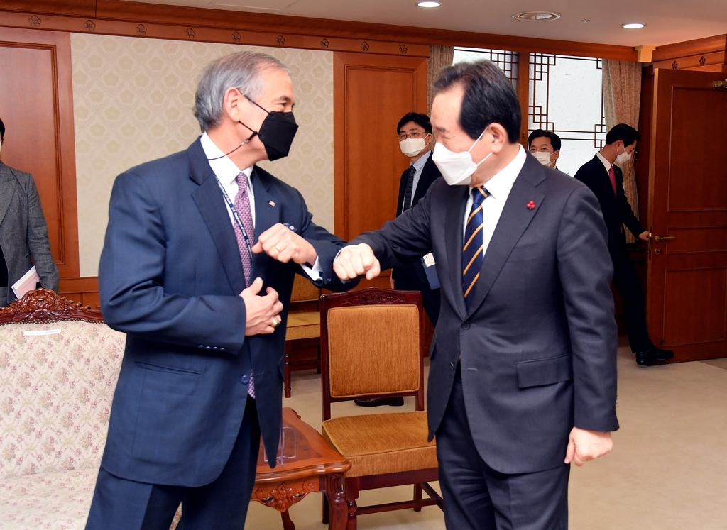 This photo provided by the prime minister's office on Modnay shows Prime Minister Chung Sye-kyun (right) greeting outgoing US Ambassador Harry Harris at his office at the government complex in Seoul. (Yonhap)