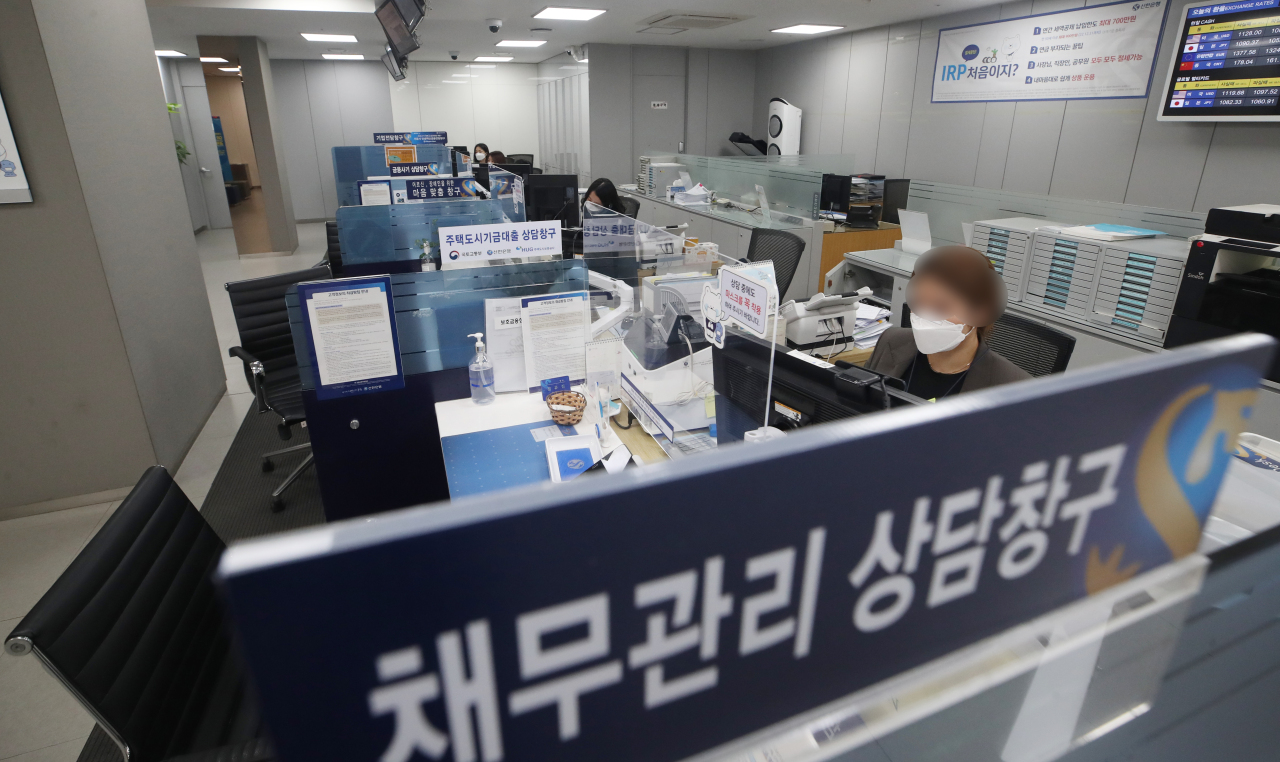 Customer seats are unoccupied at a commercial bank branch in Seoul on Dec. 23, as the bank temporarily suspended sale of most loan products for a week amid overheated lending balance. (Yonhap)