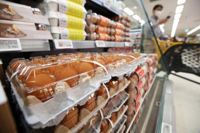 Eggs are displayed at a supermarket in Seoul last Friday. (Yonhap)
