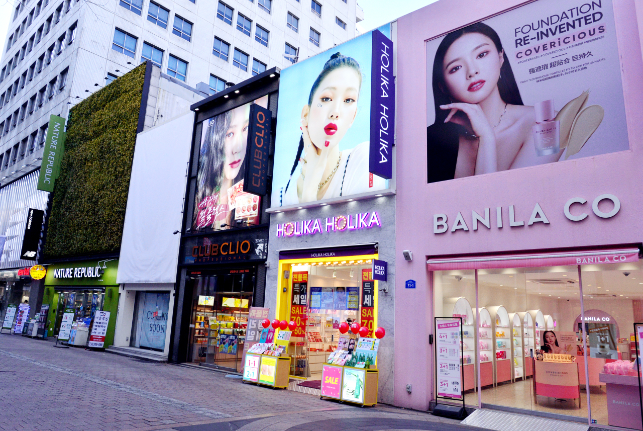 Cosmetics stores line the streets of Myeong-dong, Seoul. (Park Hyun-koo/The Korea Herald)