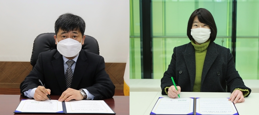 Lee Chan-kie (left), vice commissioner of the Korea Customs Service, and Lee Yoon-sook, head of shopping services at Naver Shopping, sign a memorandum of understanding to jointly boost overseas direct purchases Tuesday. (KCS)