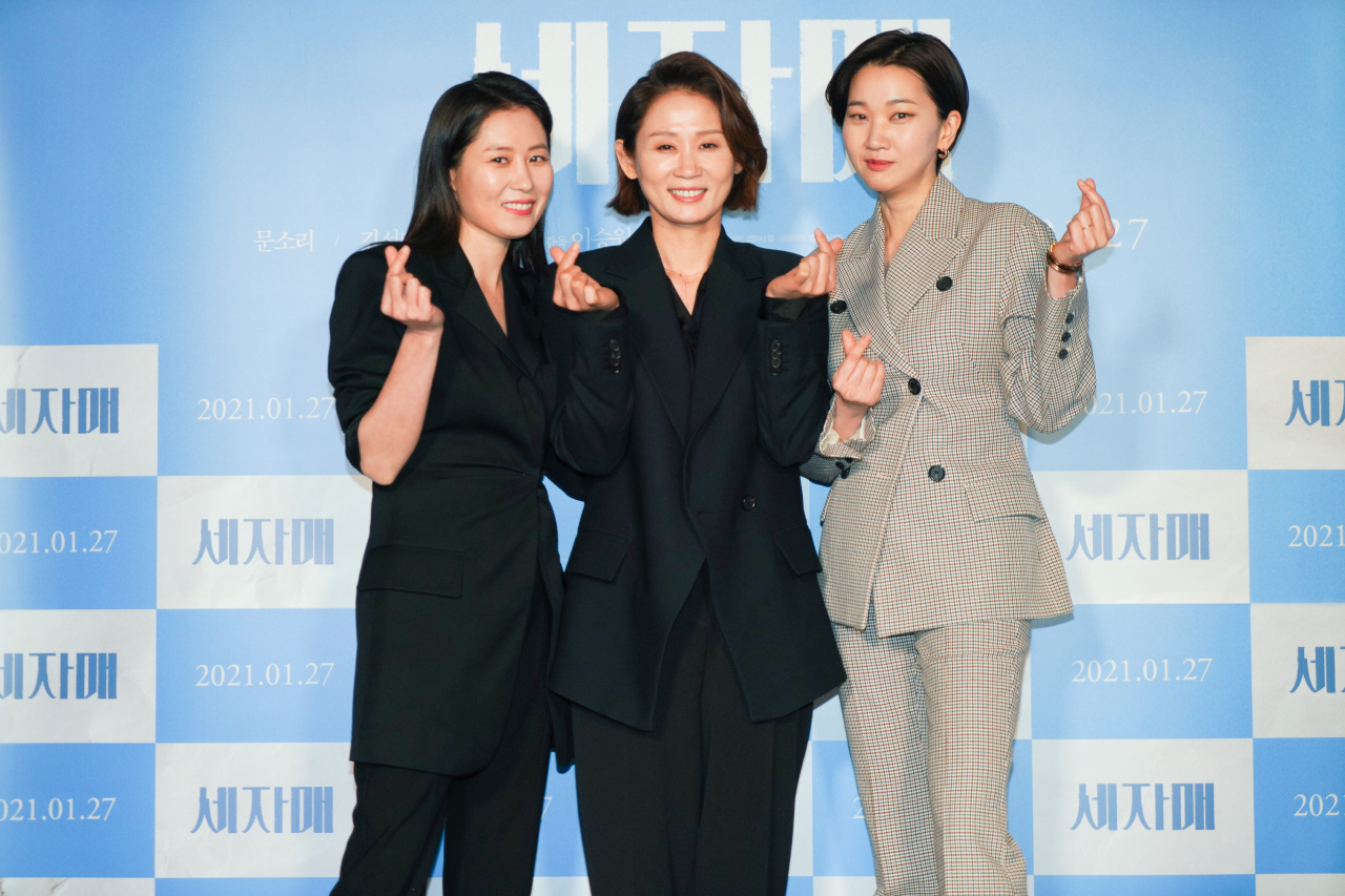 "From left: Moon So-ri, Kim Sun-young and Jang Yoon-ju pose following a press conference at the CGV Yongsan on Monday, ahead of the release of ""Three Sisters."" (Scon)"