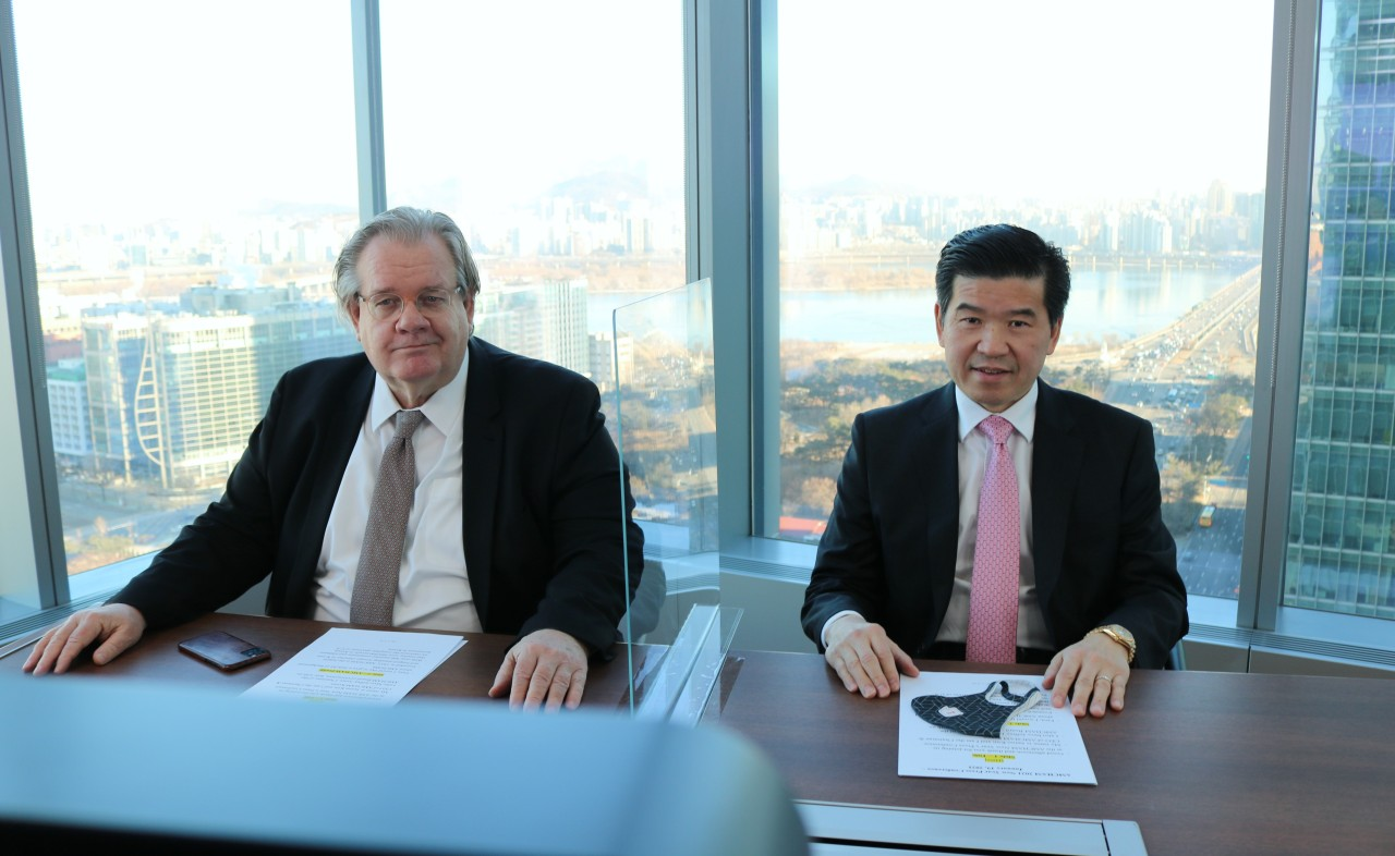 AMCHAM Board of Governors Chairman Jeffrey Jones (left) and AMCHAM Chairman and CEO James Kim sit in an online press conference on Tuesday. (AMCHAM)