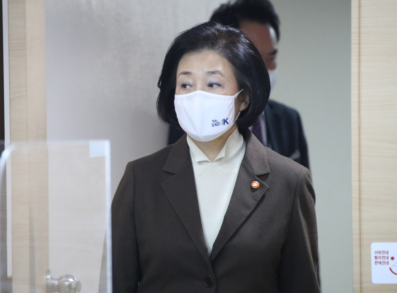 Park Young-sun, minister of SMEs and Startups, walks into a conference room for an online press briefing on export-related data at the government office complex in Seoul on Tuesday. (Yonhap)