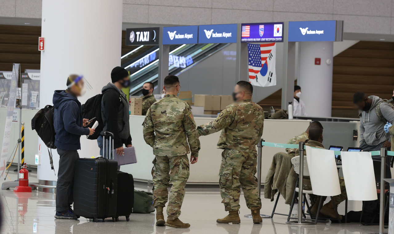 In this file photo, American service members arrive at Incheon International Airport, west of Seoul, on Jan. 11, 2021. (Yonhap)