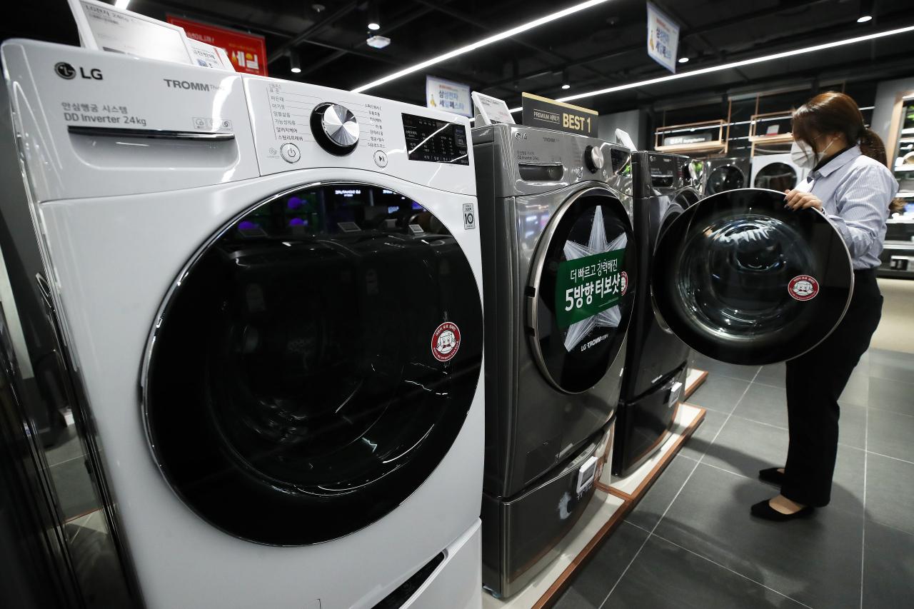 Washing machines shown at a local electronics store(Yonhap)