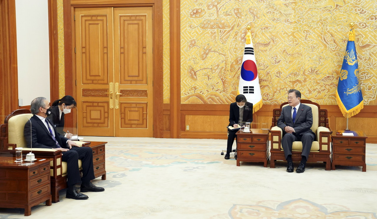 South Korean President Moon Jae-in holds a meeting with US Ambassador Harry Harris at Cheong Wa Dae in Seoul on Tuesday. (Yonhap)