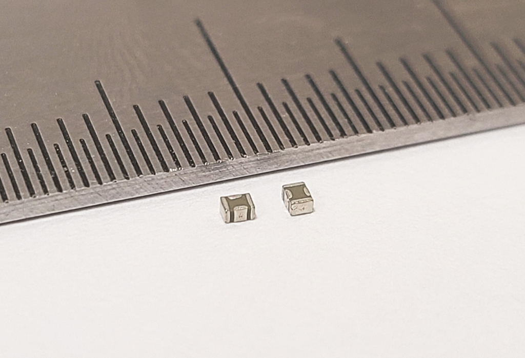 This photo, provided by Samsung Electro-Mechanics Co. on Wednesday, shows the company's slim three-socket multilayer ceramic capacitor (MLCC). (Electro-Mechanics Co.)