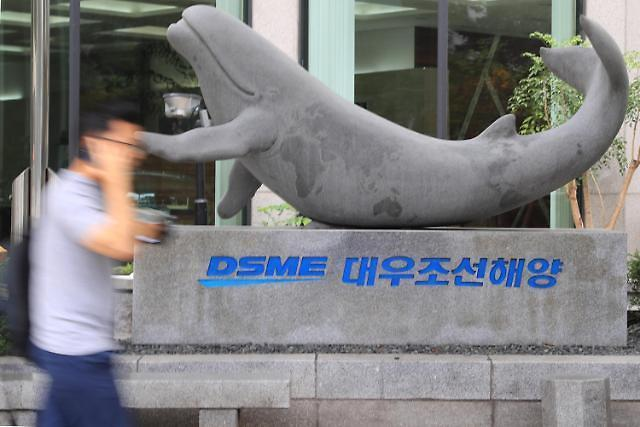 This file photo shows an emblem of Daewoo Shipbuilding & Marine Engineering Co. in front of its headquarters in Seoul. (Yonhap)