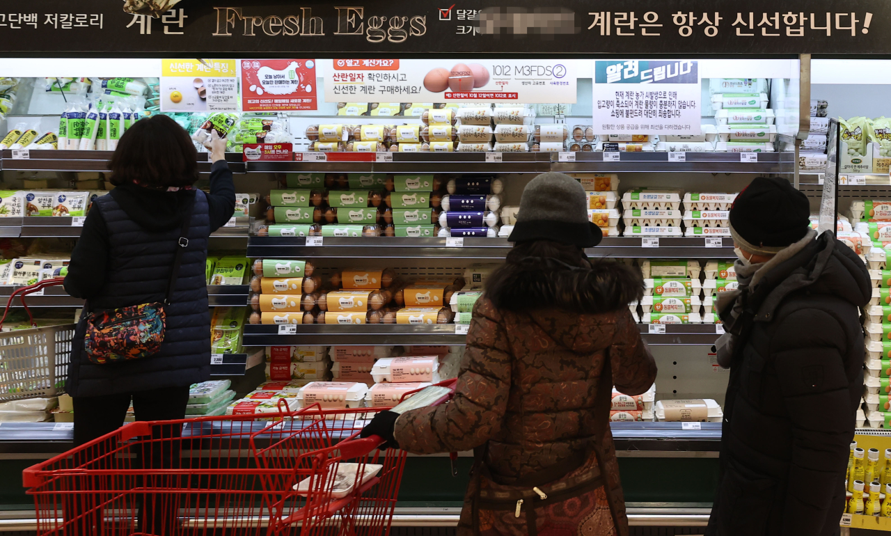 Shoppers browse through egg shelves at a supermarket in Seoul, Wednesday. (Yonhap)