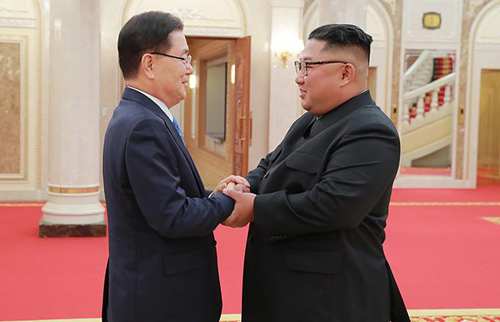 Chung Eui-yong (left), then the national security chief of South Korea, shakes hands with North Korean leader Kim Jong-un during their meeting in Pyeongyang in this 2018 file photo. (Cheong Wa Dae)