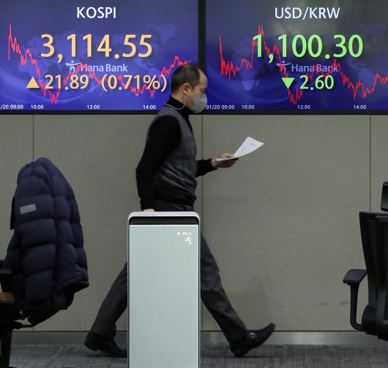 Electronic signboards at the trading room of Hana Bank in Seoul show the benchmark Kospi closed at 3,114.55 on Wednesday, rose 15.97 points or 0.71 percent from the previous session's close. (Yonhap)