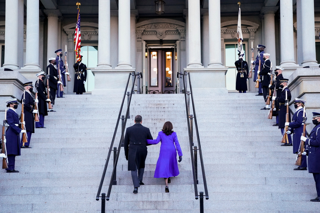 US Vice President Kamala Harris and her husband Douglas Emhoff walk into the Eisenhower Executive Office Building on the White House, in Washington, US, Wednesday. (Reuters-Yonhap)