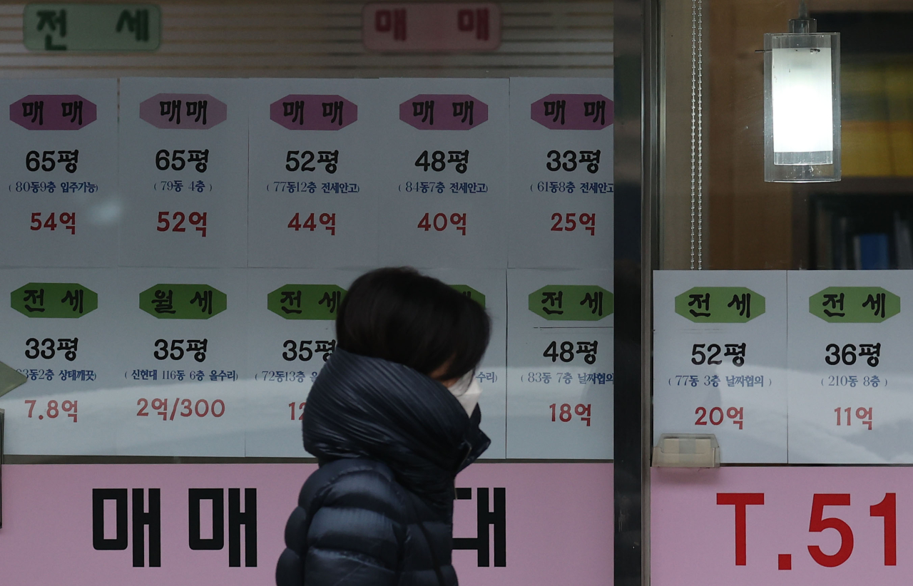 Postings on the window of a real estate agency in Apgujeong-dong, Seoul, show that asking prices of some apartment units in the district are going for at least 4 billion won ($3.6 million) as of Jan. 18. (Yonhap)