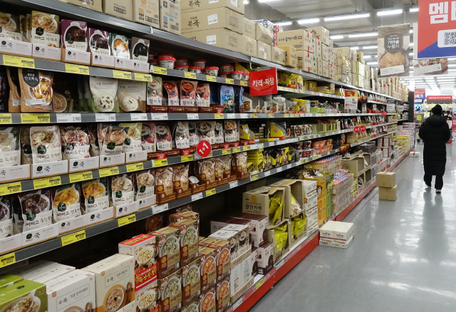 Ready-to-eat porridge products are displayed at a supermarket in Seoul in this file photo taken on Wednesday. (Yonhap)