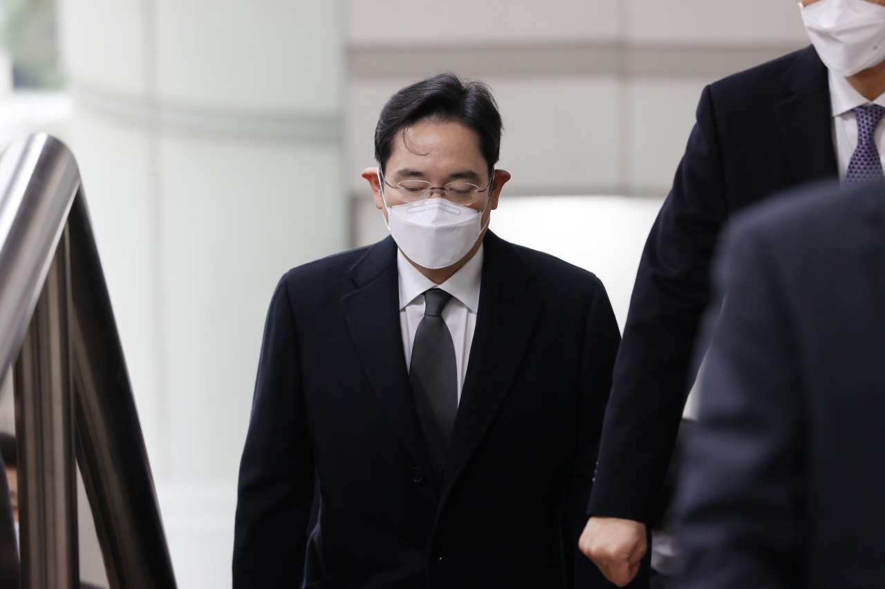 Samsung Electronics Vice Chairman Lee Jae-yong heads to a courtroom at the Seoul High Court in Seoul. (Yonhap)