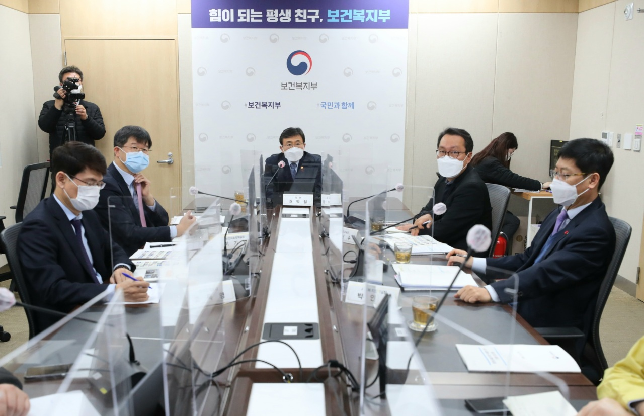 Health and Welfare Minister Kwon Deok-cheol (center) speaks during a virtual press conference Wednesday. (Ministry of Health and Welfare)