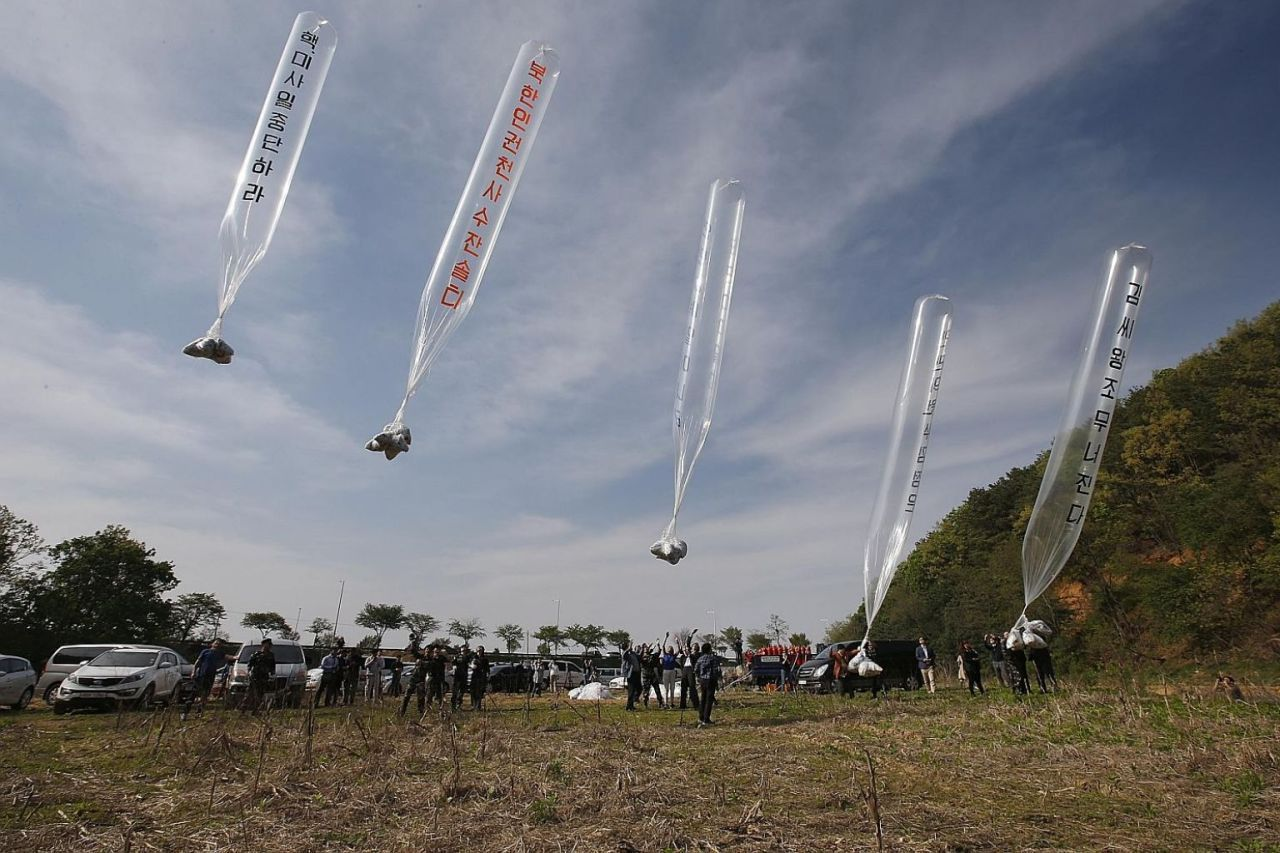 Civic groups run by defectors in South Korea send balloons containing anti-North Korea leaflets, along with food and medicine, near the inter-Korean border in Paju, Gyeonggi Province, April 2, 2016. (Yonhap)