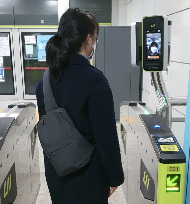 """An employee walks through the """"face recognition payment system"""" at one of the gates in Ui-Sinsol line. (Courtesy of T-Money)"""