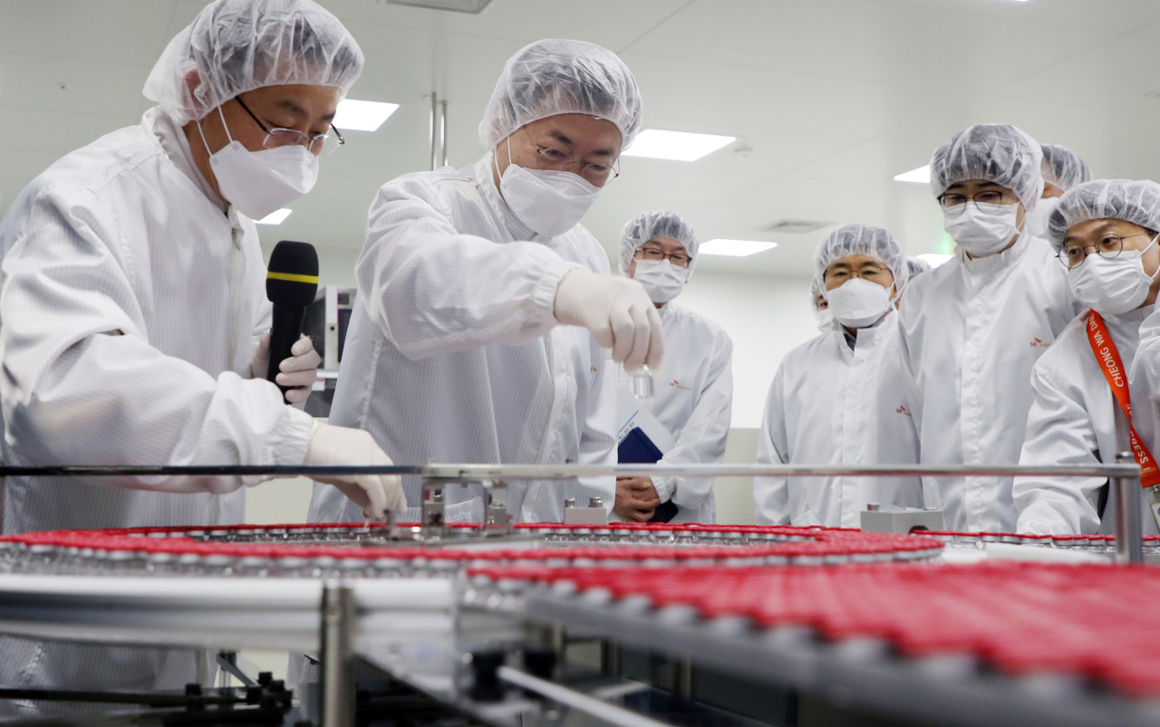 President Moon Jae-in (center) views AstraZeneca's COVID-19 vaccines made by SK Bioscience on Wednesday. (Yonhap)