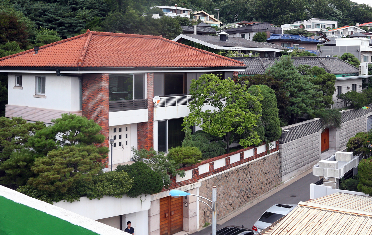 This file photo shows the red-roofed annex to former President Chun Doo-hwan's residence in western Seoul. (Yonhap)