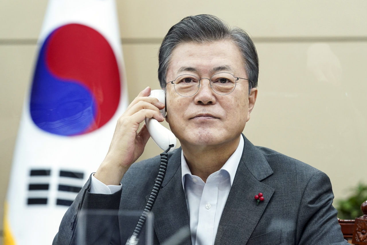 South Korean President Moon Jae-in holds phone talks with Costa Rican President Carlos Alvarado at Cheong Wa Dae in Seoul on Friday, in this photo provided by Moon's office.