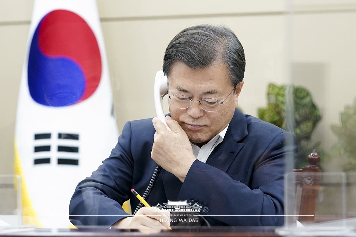 South Korean President Moon Jae-in talks with British Prime Minister Boris Johnson over the phone at Cheong Wa Dae in Seoul on Nov. 10, 2020 in this photo provided by Moon's office. (Moon's office)